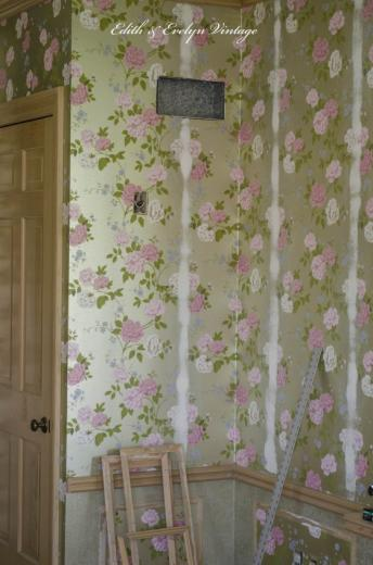 Covering the wallpaper seams with joint compound