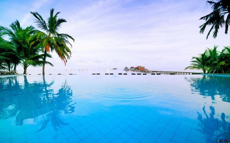 Download Wallpaper Swimming pool in Maldives hotel 1680 x 1050