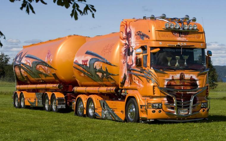 wallpaper met heel veel verlichte trucks donkerrode truck met oplegger