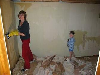 Remove Wallpaper Removing paper or vinyl wall covering can be easy