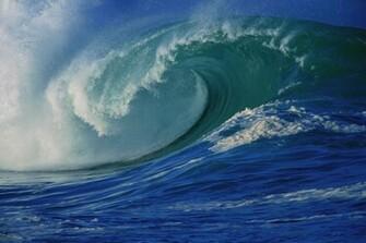 NATURES BEAUTY VIOLENT OCEAN WAVES